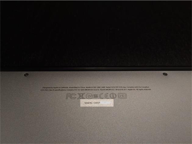 Sur ce MacBook Air, le numéro de série se situe près de la charnière.