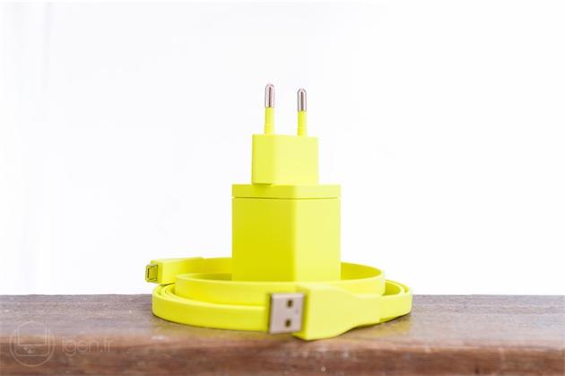 Même l'adaptateur secteur fourni est coloré ! UE fournit une boîte rigide pour transporter la Boom et son adaptateur, de quoi protéger l'ensemble des saletés et des rayures.