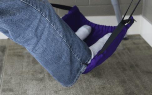Un hamac pour reposer et balancer ses pieds sous le bureau