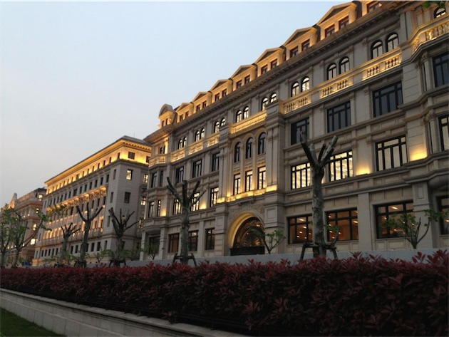 La façade du campus d'Apple à Shanghai. Image Brad M.