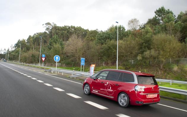 Un prototype de véhicule autonome conçu par PSA, sur une autoroute française.