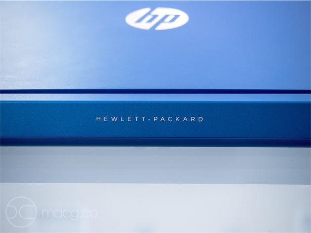 La charnière semble solide, et n'est ni trop ferme ni trop souple. Elle porte le nouveau logo Hewlett-Packard que l'on retrouve sur le nettop Pavilion Mini et sur l'ultrabook Spectre x360.