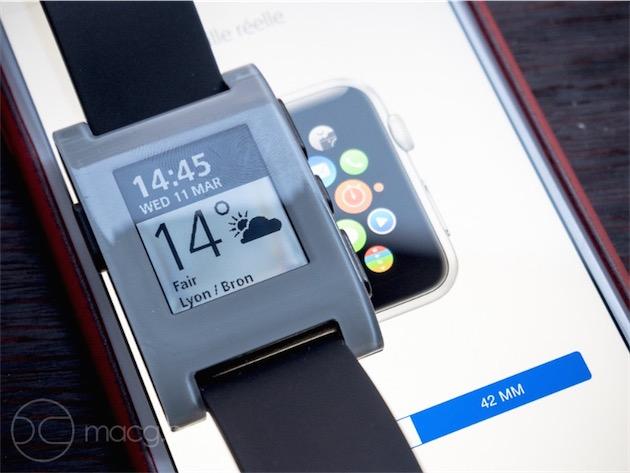 La Pebble comparée à l'Apple Watch de 42 mm.