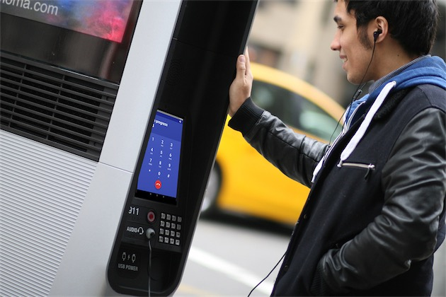 La tablette tactile intégrée permettra aussi de téléphoner, mais si vous ne voulez pas utiliser le haut-parleur et le micro intégrés, il faudra vos propres écouteurs.