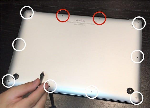 Au dos du MacBookPro Retina, dix vis à retirer pour accéder aux composants. En rouge, les deux vis légèrement plus courtes. Cliquer pour agrandir