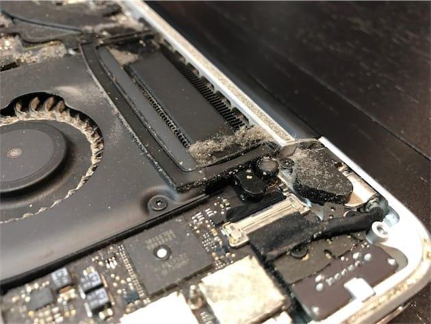 Ce n'est pas glorieux, mais c'est normal: les ordinateurs accumulent une quantité folle de poussière au fil des années. Un coup de dépoussiérage, même léger, fera une grosse différence sur le refroidissement et donc le silence du Mac. Cliquer pour agrandir (attention, ça fait peur).