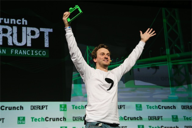 George Hotz et le boîtier de comma one, sur la scène d'une conférence TechCrunch, en septembre 2016.