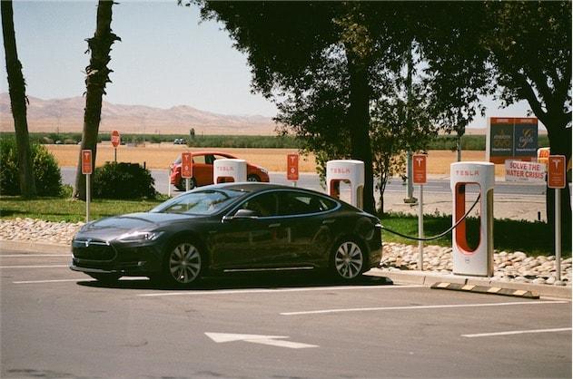 Une Model S en cours de recharge. Photo Aaron (CC BY-ND 2.0)