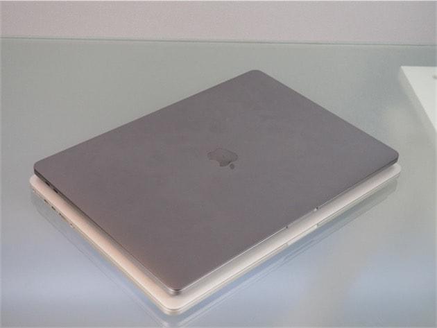 Le MacBook Pro 15 pouces de 2016 est plus petit que celui de 2012 (en dessous), certes. Mais la différence n'est pas aussi significative à l'usage que cette comparaison laisserait penser. Cliquer pour agrandir