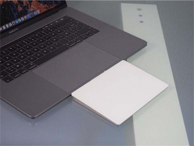 Le Magic Trackpad n'est qu'à peine plus grand que le trackpad intégré au MacBook Pro, mais vraiment à peine. Cliquer pour agrandir