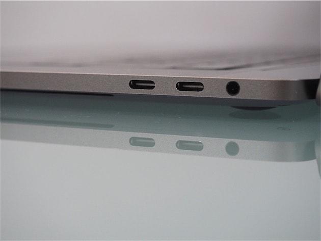 Deux des quatre ports USB-C et Thunderbolt 3 qui entourent le Mac. Oh, et la prise mini jack qui a, pour une raison ou une autre, survécu à la transition. Cliquer pour agrandir