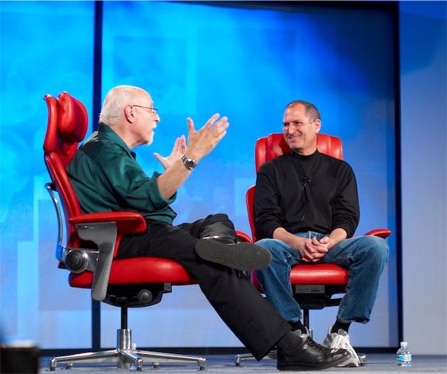 Walt Mossberg (gauche), avec Steve Jobs, lors d'une conférence en 2007. Photo Joi Ito (CC BY 2.0)