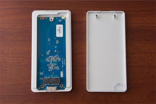 Le boîtier USB3.0 fourni par OWC pour transformer le SSD d'origine en volume externe.