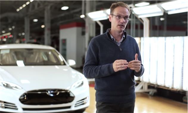 Chris Porritt dans l'usine où les Tesla sont assemblées.