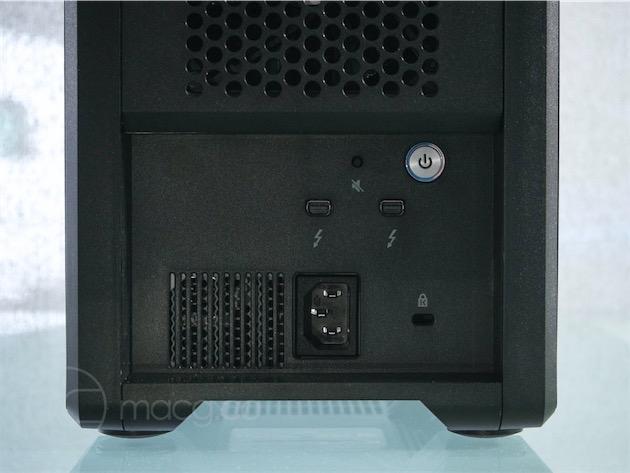Doté de deux ports Thunderbolt 2, le G-Speed Shuttle XL est chainable. Son alimentation est intégrée : cette valise à disques durs se suffit à elle-même, un bon point. Enfin, notez la présence d'un port Kensington et d'un petit bouton permettant de désactiver les alertes sonores.