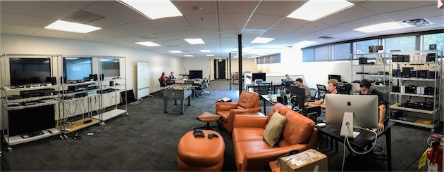 Les bureaux californiens de Plex… avec de grandes télévisions et des étagères de NAS, comme il se doit. — Cliquer pour agrandir