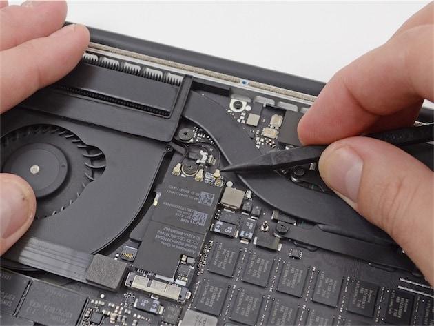 Déconnexion des antennes sur la carte AirPort d'un MacBook Pro Retina (image iFixit).