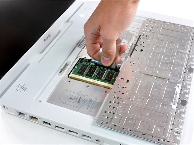À une époque où les Mac étaient plus épais et moins bien finis, on pouvait facilement accéder à certains composants. Ici, la RAM sur un iBooksG4.