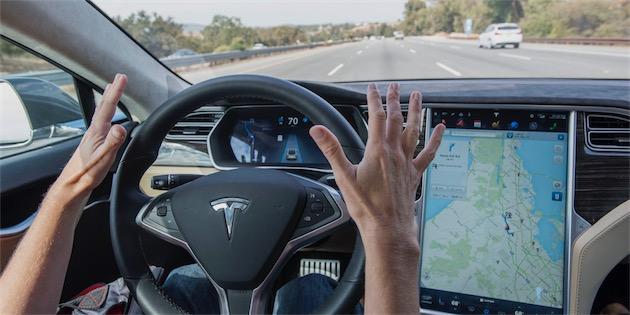 Le pilotage automatique de Tesla est très impressionnant, mais pas suffisant pour ne pas prêter attention à la route.