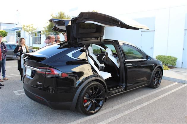Une Model X, portes ouvertes. Le premier modèle pensé pour le partage?