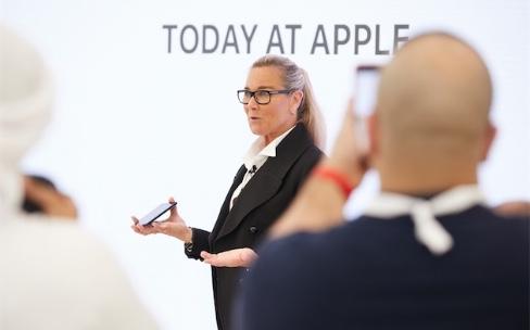 Angela Arendts a pu tout changer dans les Apple Store…sauf les tables