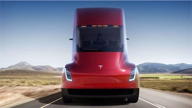 Le Tesla Semi est beaucoup plus aérodynamique que la moyenne, ce qui lui donne aussi une bouille étrange. Cliquer pour agrandir