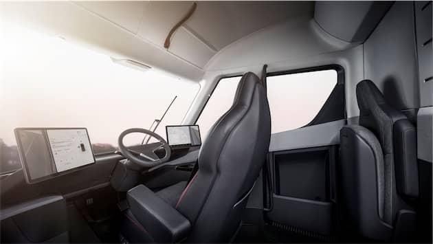 On distingue sur les deux écrans les rétroviseurs numériques. Les fonctions de pilotage automatique seront disponibles en standard dans le Tesla Semi, mais le constructeur n'a pas promis une conduite totalement autonome à ce stade. Cliquer pour agrandir