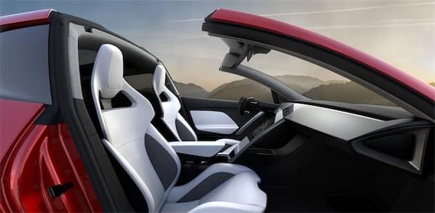 L'intérieur est très futuriste, notamment avec ce volant aplati. Le toit est partiellement ouvrant, mais pas complètement, sans doute pour maintenir les performances aérodynamiques du véhicule. Cliquer pour agrandir