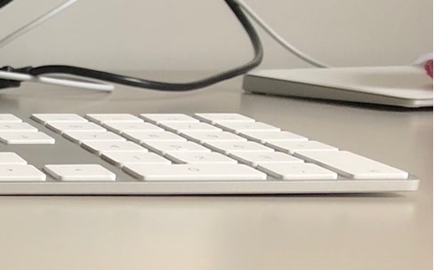 Le Magic Keyboard avec pavé numérique se tord sous les doigts