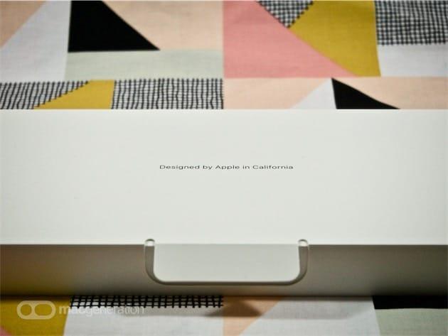 L'emballage des accessoires, caché au sommet du cadre en carton, est blanc.