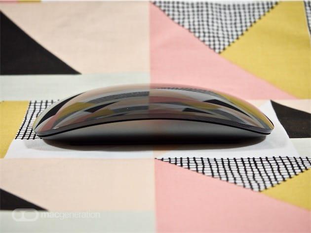 Au cas où vous vous poseriez la question: oui, le châssis en aluminium de la souris est bien noir, comme le socle en plastique du clavier.