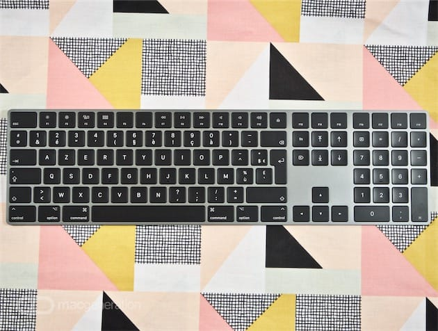 Le même clavier dans son intégralité. Le plastique de la Magic Mouse est réfléchissant, mais conserve son noir profond. L'aluminium du Magic Keyboard et de l'iMac Pro est mat, mais sa couleur varie du gris clair ou noir complet selon la luminosité.