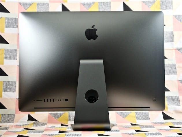 L'iMac Pro, enfin, vu de dos. Notez l'absence totale de trappe: si les composants sont amovibles et pourront être réparés ou remplacés chez Apple, ils ne sont pas accessibles par l'utilisateur. La grande rainure en bas du châssis est une entrée d'air.