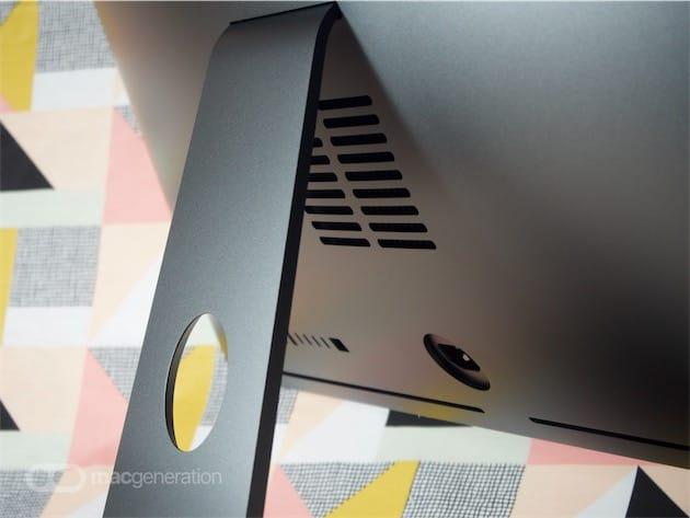 Comme sur n'importe quel autre iMac, l'air chaud sort sous le pied, mais la grille d'évacuation de l'iMac Pro est particulièrement imposante.
