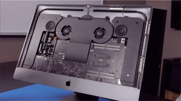 Au centre, le capot du caloduc, surmonté par deux ventilateurs. À gauche, l'alimentation et la carte graphique. À droite, le processeur et les emplacements RAM.