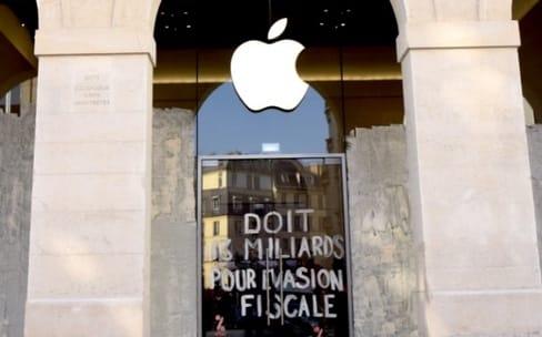 Opacité fiscale : Attac repeint les vitrines de l'Apple Store Saint-Germain