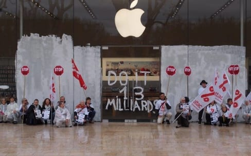 Contre l'opacité fiscale, Attac repeint en blanc l'Apple Store Aix-en-Provence