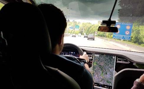 Elon Musk promet la conduite autonome d'ici deux ans