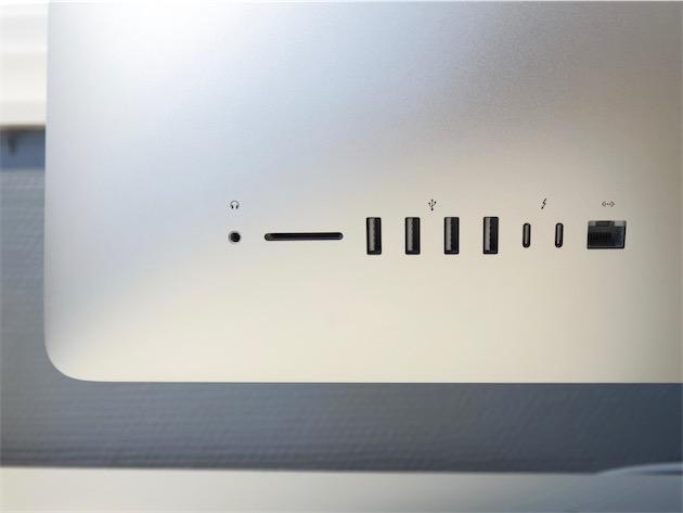 Les ports de l'iMac Retina 5K mi-2017, de gauche à droite : entrée et sortie audio combinée, carte SDXC, quatre USB-A, deux Thunderbolt 3, un Ethernet Gigabit.