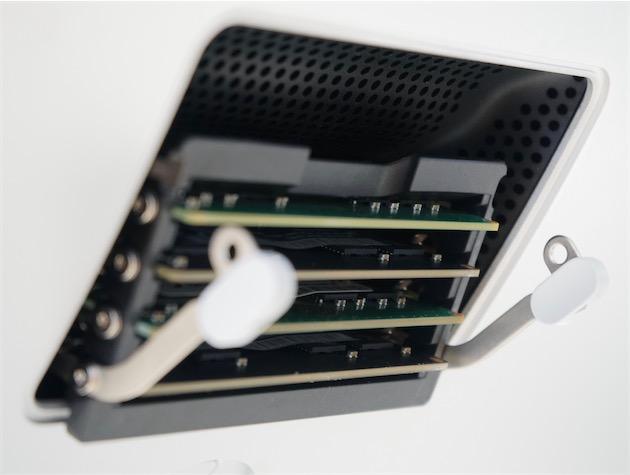 La trappe d'accès aux barrettes de mémoire de l'iMac Retina 5K.