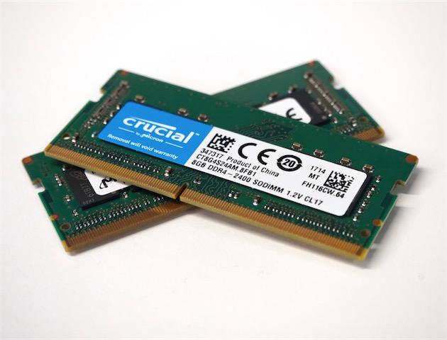 Deux barrettes SO-DIMM de mémoire DDR4 à 2 400MHz de Crucial, la marque grand public de Micron, qui fournit les barrettes installées en série dans l'iMac Retina 5K.
