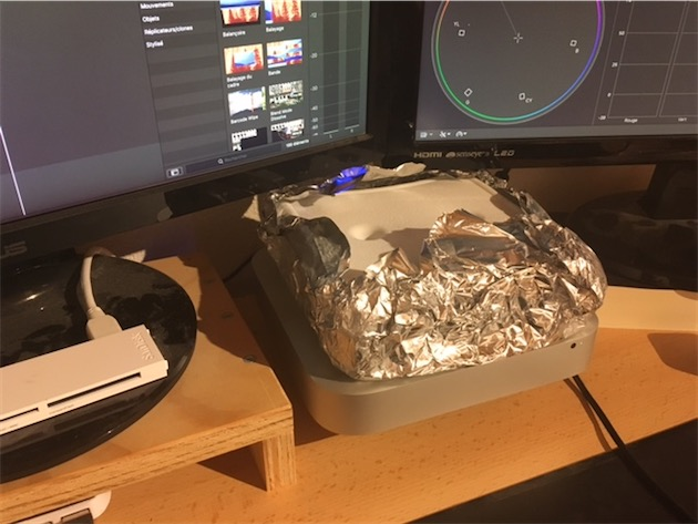 Un pain de glace sur le Mac mini d'un lecteur, Cédric, en plein montage vidéo. La machine est surélevée…avec un palet de hockey, ça ne s'invente pas.