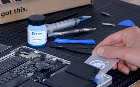 iFixit vend un kit pour remplacer la batterie d'un MacBook Pro Retina 2012 à 2015