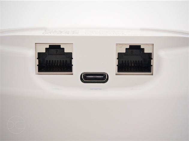 Les points d'accès Google Wifi sont alimentés en USB-C. Chaque palet comporte deux ports Ethernet : un WAN (connecté uniquement sur le point d'accès faisant office de routeur) et un LAN (pour connecter un Apple TV ou un pont HomeKit par exemple).