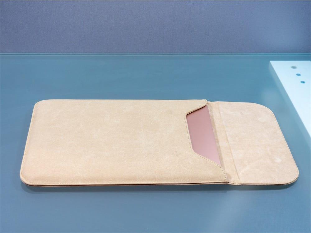 b8f9947fa8 Un MacBook Air dans une housse Sleav pour MacBook Pro 13